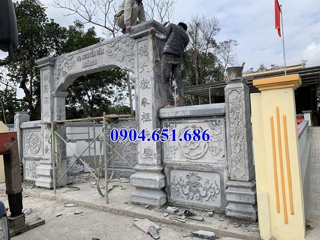 Lắp đặt phần đế, cột cổng đá nhà thờ họ Nguyễn Văn nhánh II
