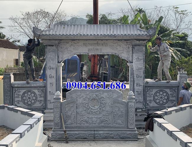 Lắp đặt phần mái cổng đá nhà thờ họ Nguyễn Văn nhánh II